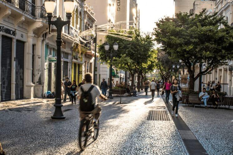 Pessoa andando de bicicleta, um dos principais modais de transporte que compõem a mobilidade urbana no Brasil