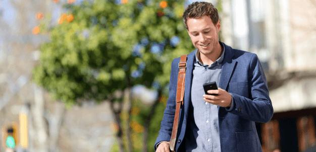 Homem automatizando processos através do celular.