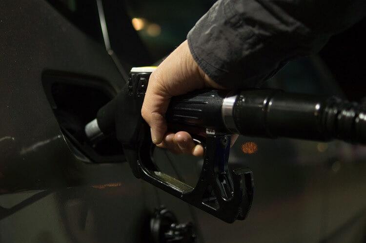 Carro sendo abastecido com combustível
