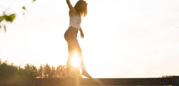 Menina no por do sol
