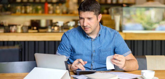 Empresário avaliando redução de custos