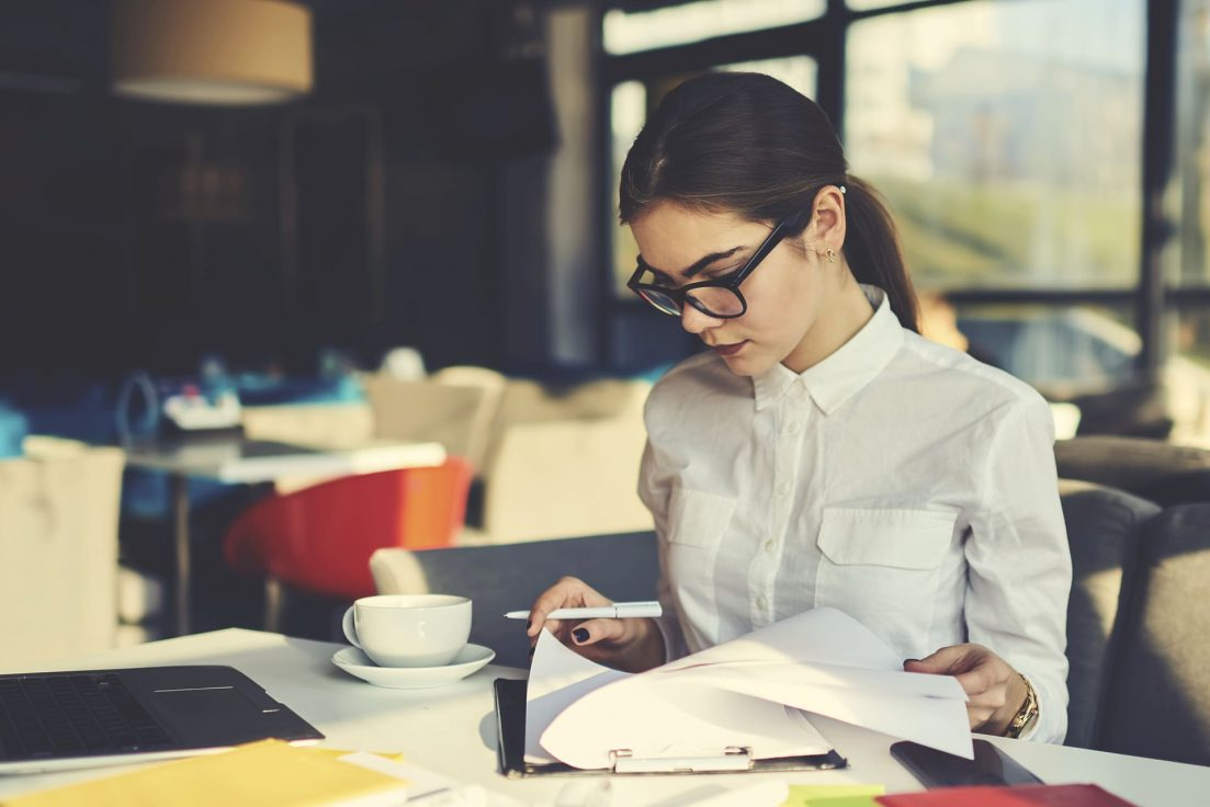 Gerente avaliando o controle de gastos da empresa