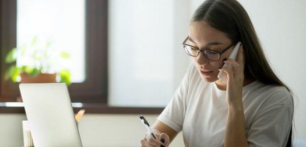 Mulher organizando gestão de frotas online